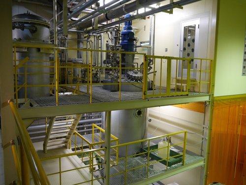工場で微生物の培養に用いている発酵タンク