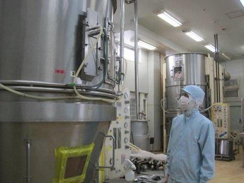 大須賀工場にある流動造粒機 (大量生産にも対応)
