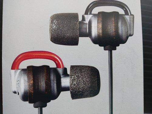 CNFを使用したイヤホン。