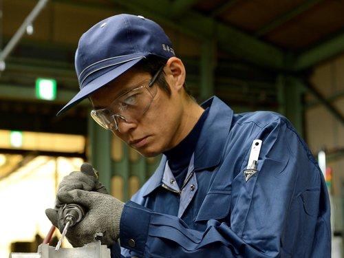 藤本工業のバリ取り職人