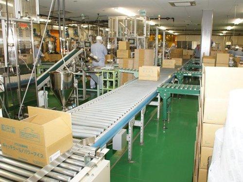 箱づめされた保冷材を1日4,000箱製造