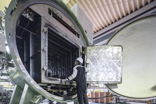 特注の大型真空熱処理炉